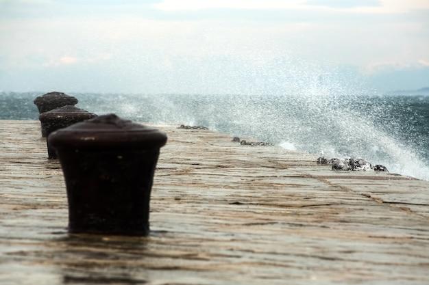 Détail de la jetée d'audace avec vent froid de bora
