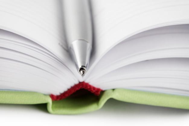 Détail d'un journal ouvert avec un stylo