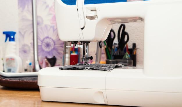Détail de la machine à coudre et des accessoires de couture.
