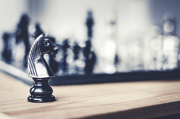 Détail d'une main faisant le premier pas dans un jeu d'échecs