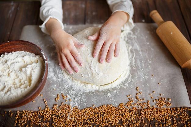 Détail, mains, pétrissage, pâte