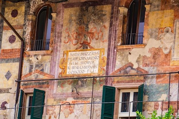 Détail des maisons mazzanti à vérone, italie. ces bâtiments appartenaient à la famille mazzanti et étaient décorés de fresques au 16ème siècle.