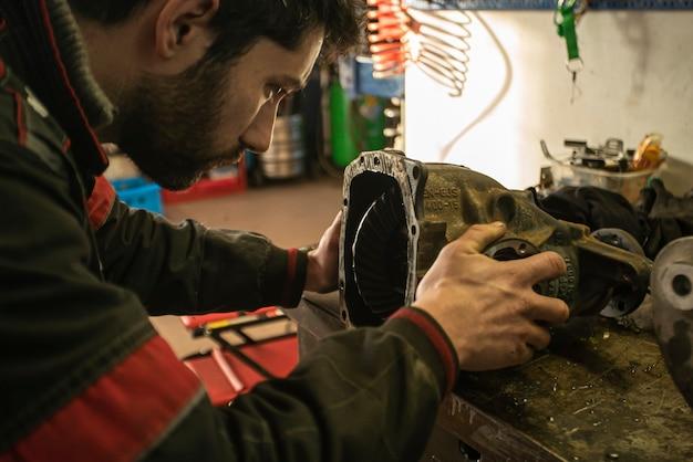 Détail de mécanicien qui répare la boîte de vitesses