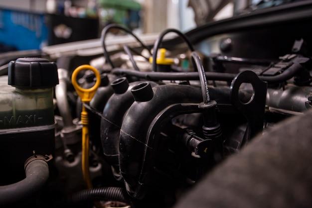 Détail de moteur de voiture dans un intérieur d'atelier prêt pour la réparation