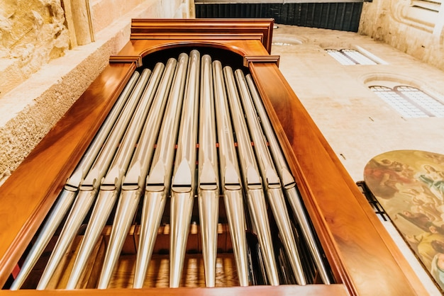 Détail d'un orgue dans la cathédrale de bari pour jouer des morceaux de musique lors de célébrations religieuses.