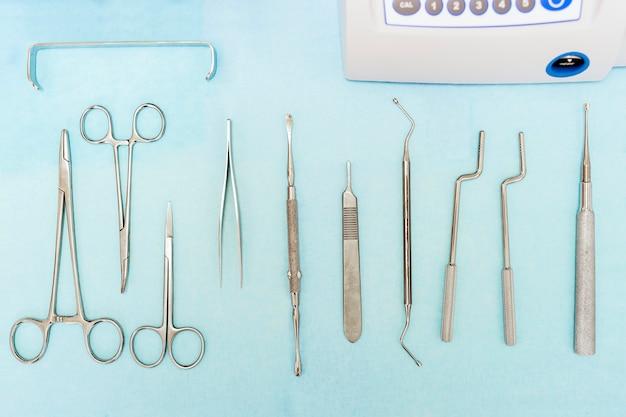 Détail des outils dentaires en clinique dentaire. concept de dentiste.