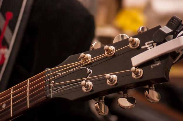 Détail de la palette et de la mécanique d'une guitare électrique prise lors d'un concert live.