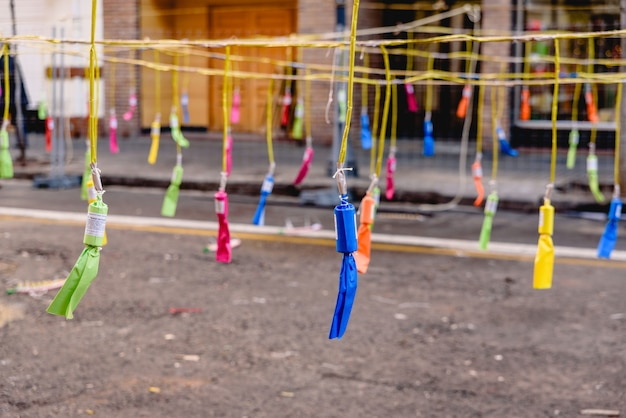 Détail de pétards colorés d'une mascleta dans les fallas de valence.