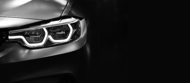 Détail sur l'un des phares à led de voiture moderne sur fond noir