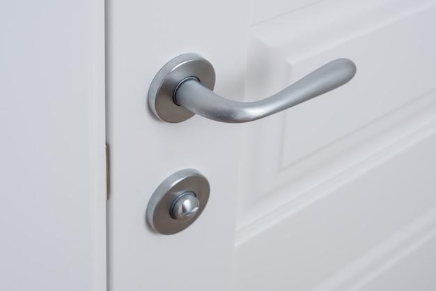 Détail de la porte intérieure blanche