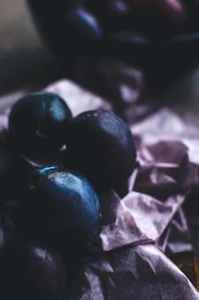 Détail de prunes biologiques fraîches