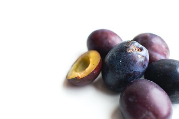 Détail de prunes organiques fraîches sur fond blanc