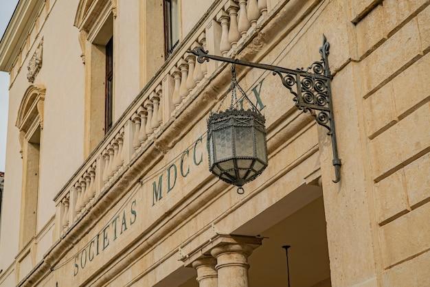 Détail de réverbère antique sur la façade du bâtiment