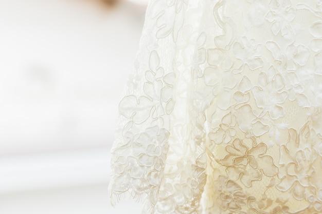 Détail de la robe de mariée blanche