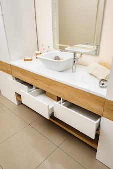 Détail de la salle de bain avec lavabo et robinet