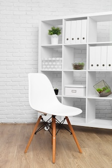 Détail de salle de bureau moderne derrière le concept de décoration de mur blanc