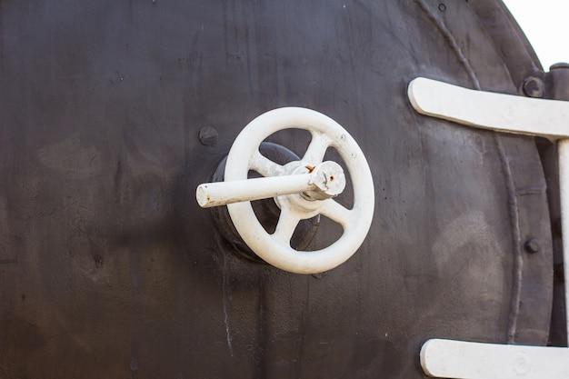 Détail de la soupape avant en laiton d'une ancienne chaudière à vapeur.