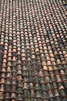 Détail d'un toit traditionnel, motif de tuiles