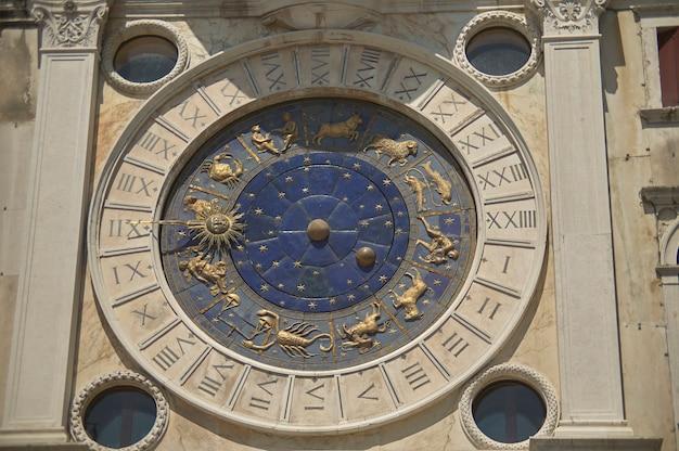 Détail de la tour de l'horloge de la tour de l'horloge sur la piazza san marco à venise. torre dell'orologio a venzia.