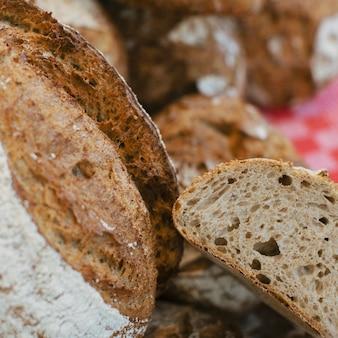 Détail de tranches de pain rustiques
