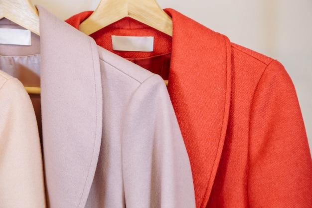 Détail - tringle aux manteaux colorés