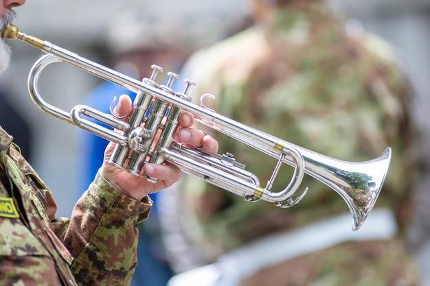 Détail d'une trompette jouée par un soldat lors d'un défilé
