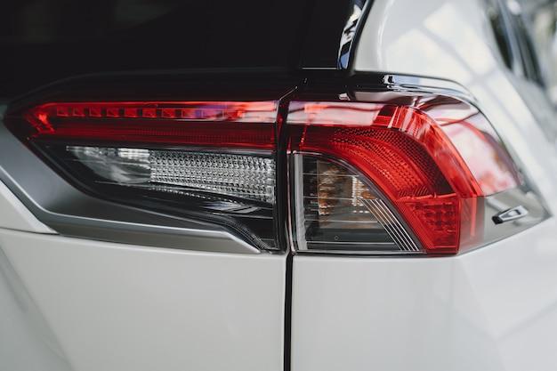 Détail d'une voiture de beauté et rapide avec phare