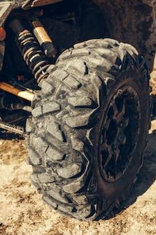 Détail de voiture vtt hors route gros pneu