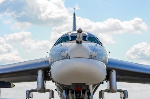 Détails de l'apparence des avions militaires, sur le nez.