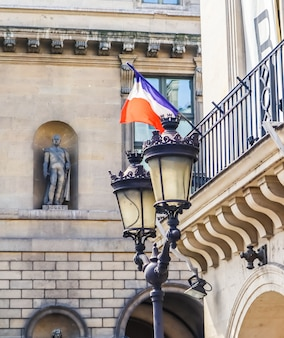 Détails architecturaux des façades des bâtiments à paris avec drapeau français