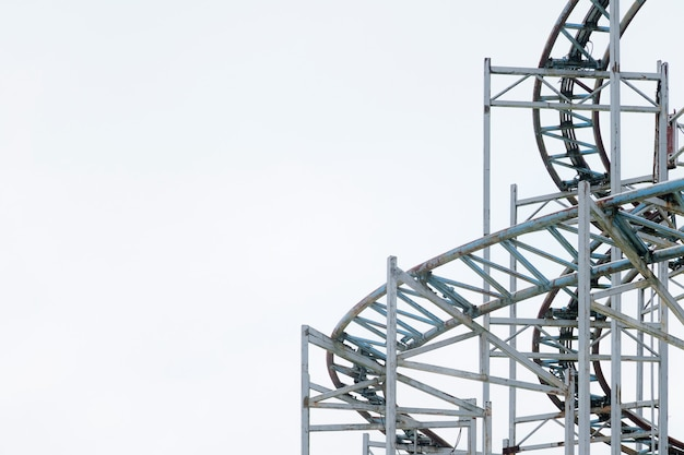 Détails architecturaux de la structure métallique d'une grande roue.