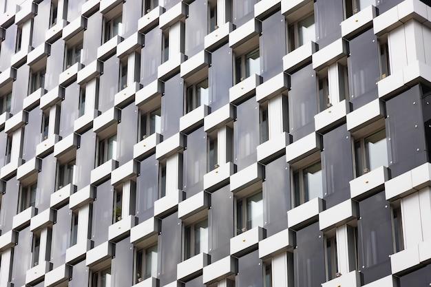 Détails de l'architecture du bâtiment, conception de la façade. bâtiment moderne noir et gris.