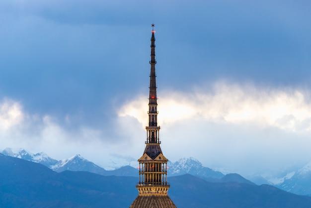Détails de l'architecture de turin (turin, italie) au crépuscule