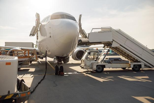 Détails de l'avion moderne pendant le ravitaillement à l'aéroport à l'extérieur pendant la journée. avion. avion, expédition, concept de transport