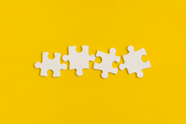 Détails blancs du puzzle sur fond jaune.