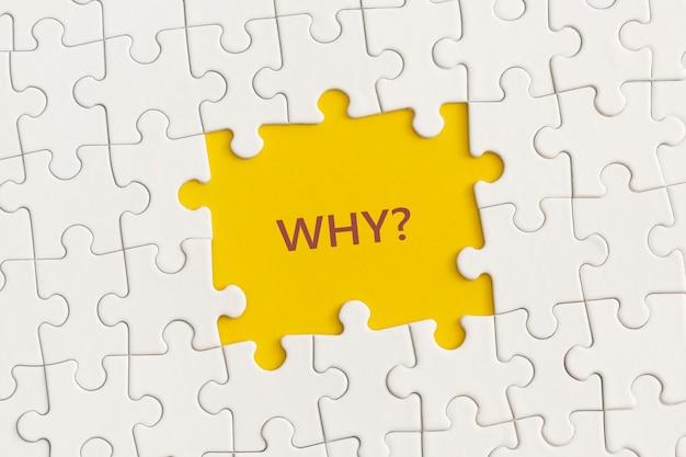 Détails blancs du puzzle avec le texte pourquoi sur fond jaune