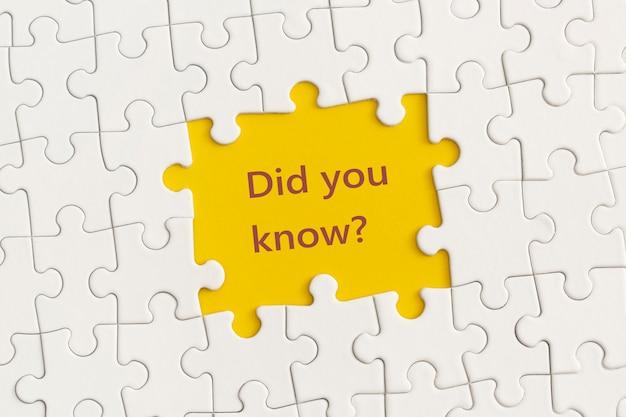 Détails blancs du puzzle avec le texte le saviez-vous sur fond jaune