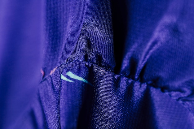 Détails sur le chemisier bleu en soie