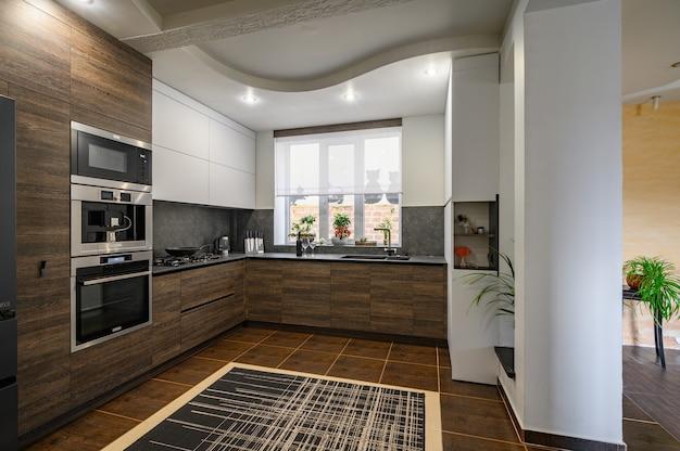 Détails de la cuisine luxueuse moderne marron foncé, gris et noir