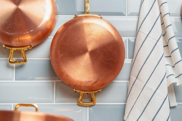 Détails de la cuisine moderne avec des ustensiles de cuisine en cuivre se bouchent