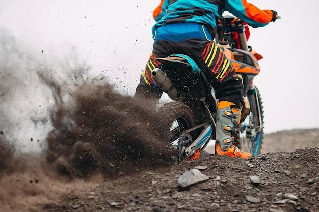 Détails des débris dans une course de motocross