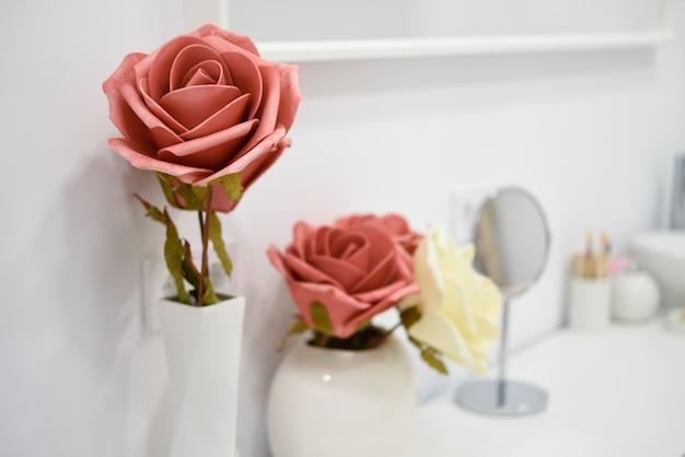 Détails de décoration dans le centre de bien-être moderne avec vase à fleurs et bougies.