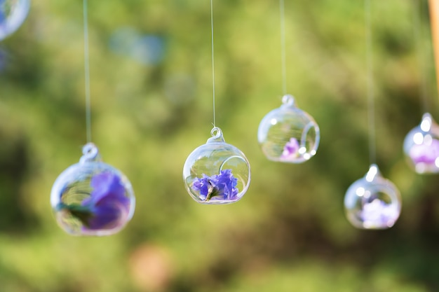 Détails de décoration avec des fleurs fraîches. boutons de fleurs en perles de verre suspendues dans l'air