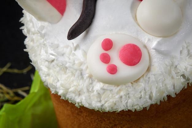 Détails de décoration de mastic de pâtisserie sur les blancs d'oeufs fouettés sur le gâteau de pâques