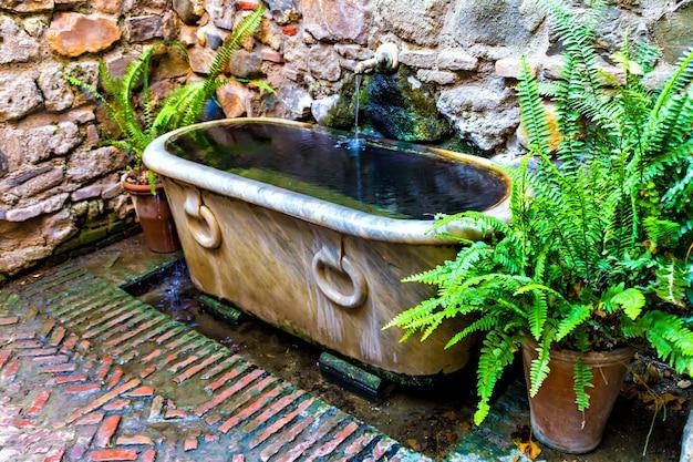 Détails de décoration, vieille baignoire à alcazaba, malaga, espagne