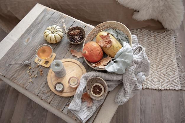 Détails du décor d'automne à la maison dans un style rustique à l'intérieur de la pièce, vue de dessus.