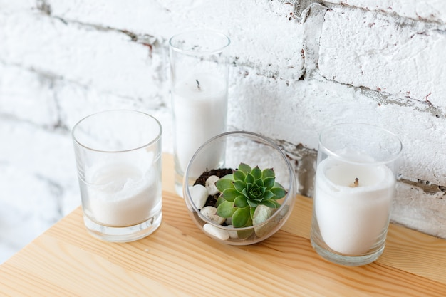 Détails du design d'intérieur scandinave mini jardin succulent en terrarium en verre sur table en bois