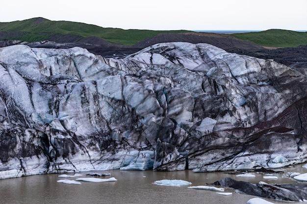 Détails du glacier avec des cendres dans la glace - islande