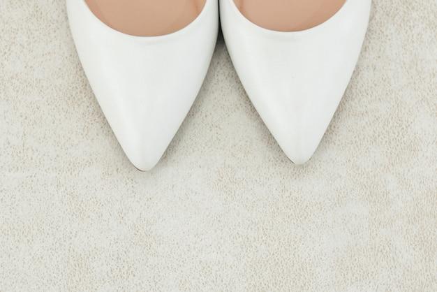 Les détails du jour du mariage. chaussures de mariée sur fond clair