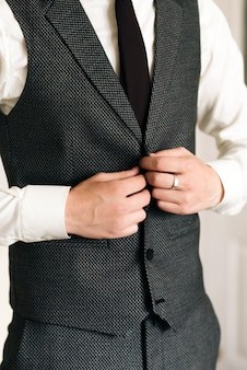 Les détails du jour du mariage. préparation du marié.